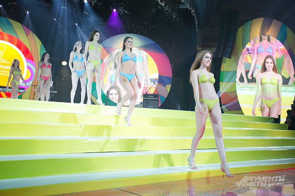 Затем девушки сняли туники и продемонстрировали свои фигуры жюри.