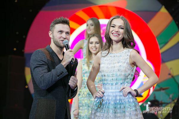 Например, ведущий спрашивал, что бы сделала девушка, если бы ей по ошибке вручили корону победительницы, как это произошло на конкурсе «Мисс Вселенная-2015»?
