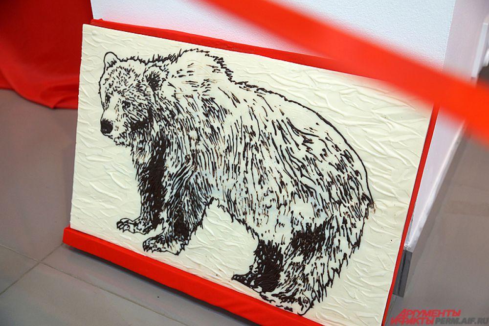 Николай Попов специально для Перми создал две картины – трёхкилограммовую плиту «Бурый медведь» и шоколадный пейзаж «Старый город».
