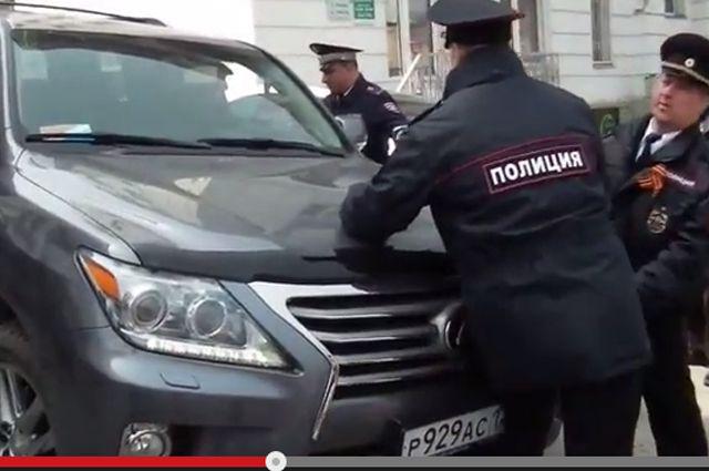Артуш Хачатрян давит полицейских.