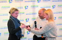 Константин Богданенко поздравляет автора проекта «Здоровый двор» Оксану ВОЛОДИНУ.