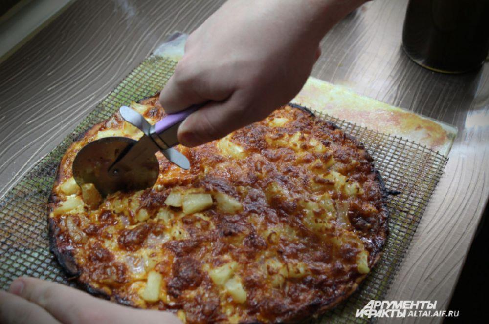 Режем пиццу специальным ножом на равные части. Украсить пиццу и придать ей более яркий вкус поможет ароматная и свежая зелень: листья салата, орегано или  красный базилик.
