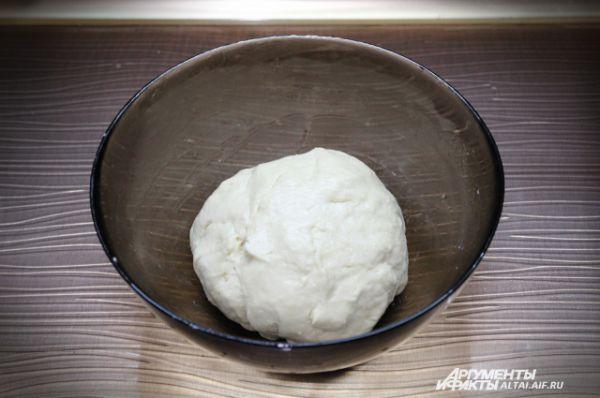 Добавляем в тесто оливковое масло и оставляем его подниматься. Это займет примерно 1 час. Чтобы процесс шел быстрее, можно поставить тесто на водяную баню, т.е. в кастрюлю налить горячей воды и поставить туда чашку с тестом, так чтобы вода не попала внутрь.