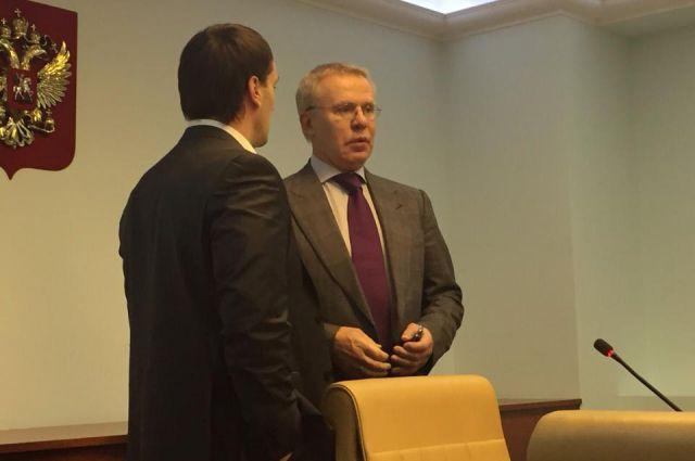 Разговор двух сенаторов: Эдуард Исаков приглашает Вячеслава Фетисова приехать в Ханты-Мансийск.