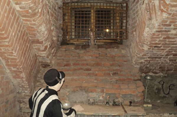 В такой небольшой камере, с окошком под потолком, арестант был вынужден коротать дни.