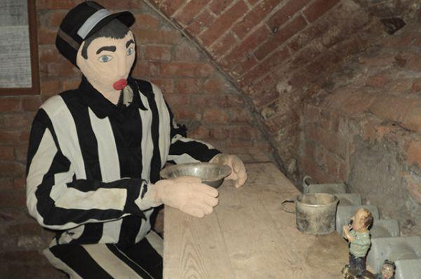 Гостей встречает вот такой вот любопытный арестант.
