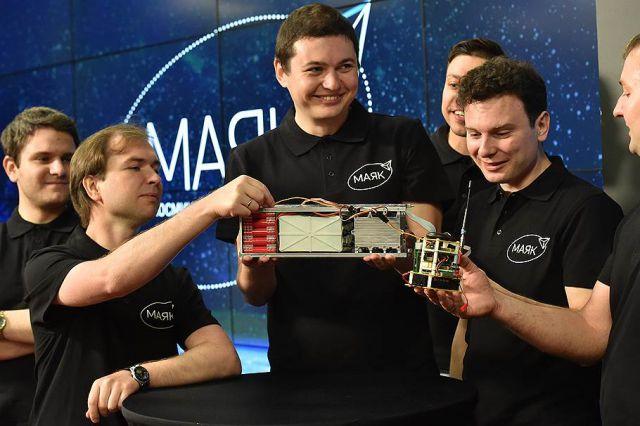 Александр Шаенко (в центре) с моделью спутника. Фото предоставлено: