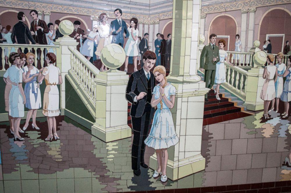 Мозаичные панно посвящены различным сферам жизни советского человека.