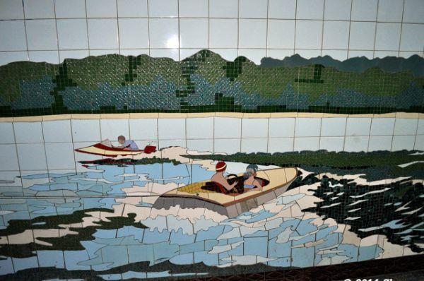 И в каждом коридоре - своя тематика мозаичных панно.