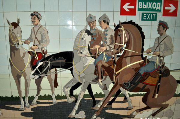 Рядом с уникальными картинами соседствуют приметы нового времени (указатели, реклама  и киоски), которых здесь не было до перестройки.
