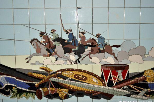 Часть мозаик посвящены героическому прошлому страны и её армии. А в переходе на пр. Кировском можно увидеть картины, посвящённые покорению космоса.
