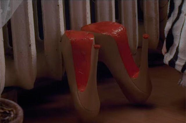 Главная героиня клипа группы Ленинград красит подошву туфель в красный цвет лаком для ногтей.