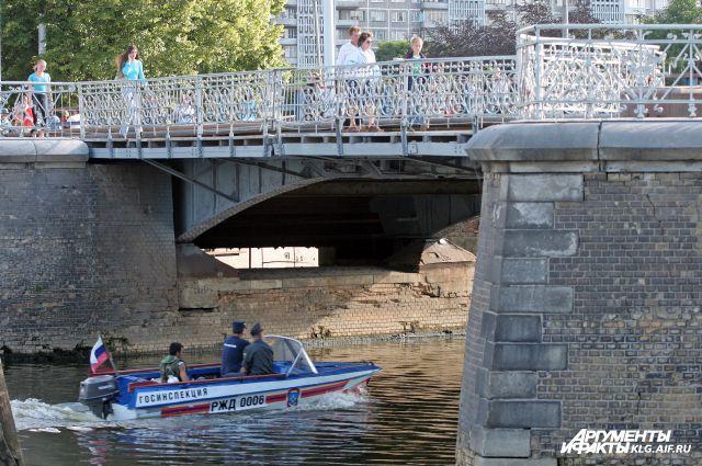 Деревянный мост (нем. Holzbrücke) между Альтштадтом и Ломзе был построен в 1404 году.