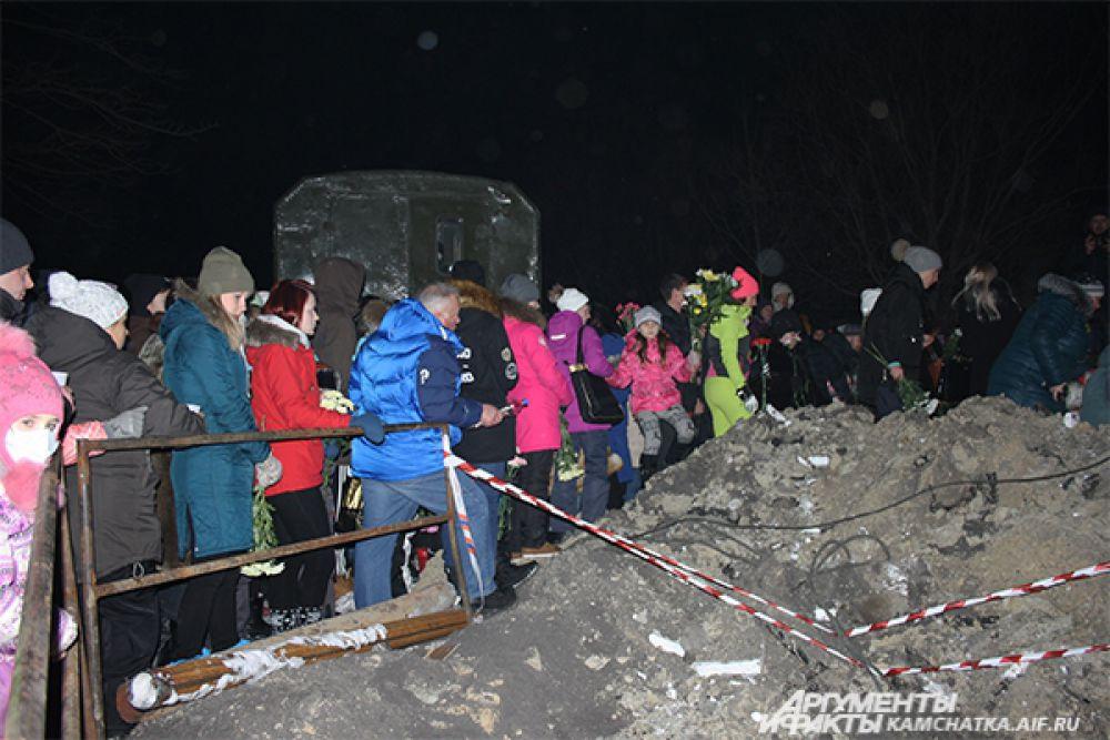 Сотни горожан собрались на месте трагедии.