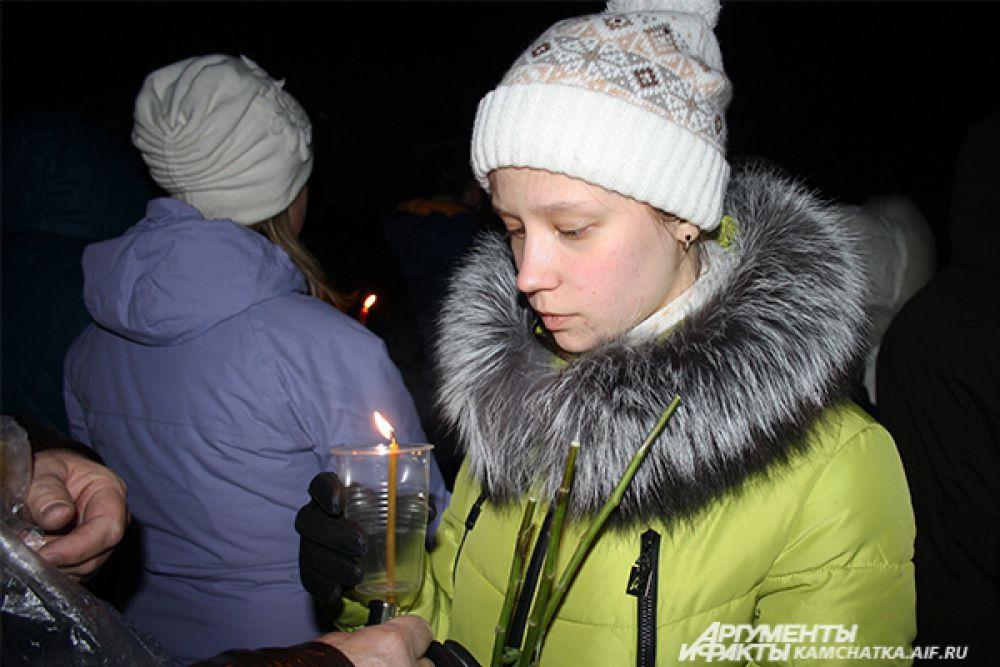 Горожане всех возрастов пришли почтить память погибших Даниила Слисаренко, Александра Санько и Даниила Винника.