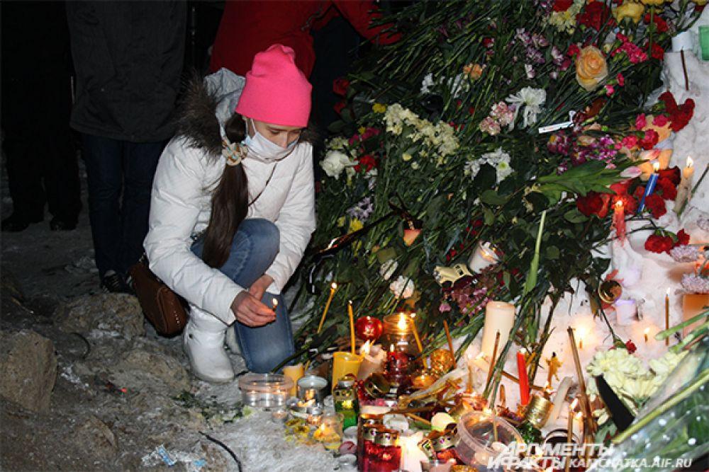 Студенты, школьники, семьи с детьми принесли цветы, свечи и игрушки.