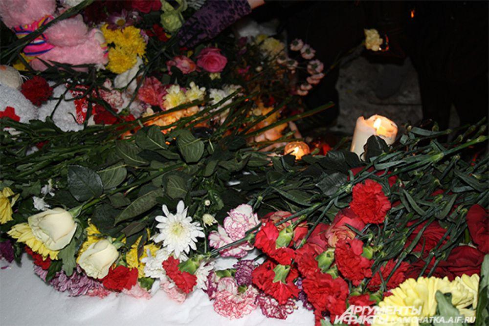 Горожане почтили память погибших второклассников.