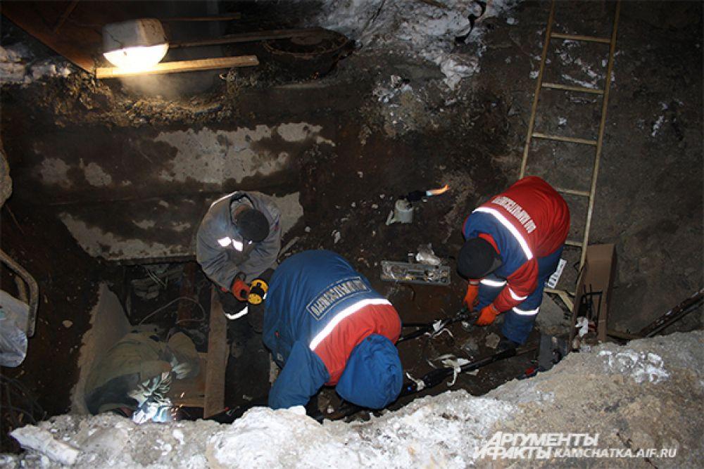 Тела второклассников нашли поздно вечером 28 января в яме с горячей водой, где проходит теплотрасса.