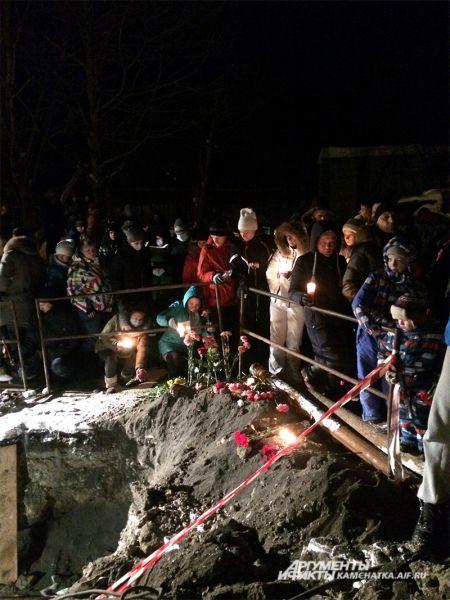 Родители на месте трагедии объясняли детям, что не следует ходить в подобных местах.