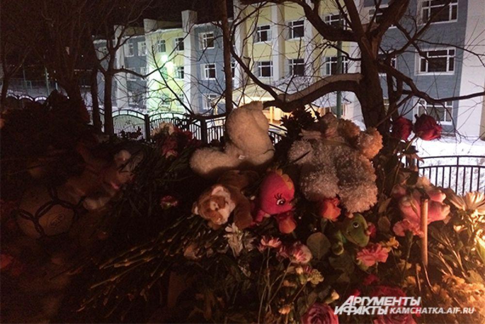 Трое 8-летний мальчика погибли в канаве рядом с теплотрассой, расположенной в 25-30 метрах от школы.