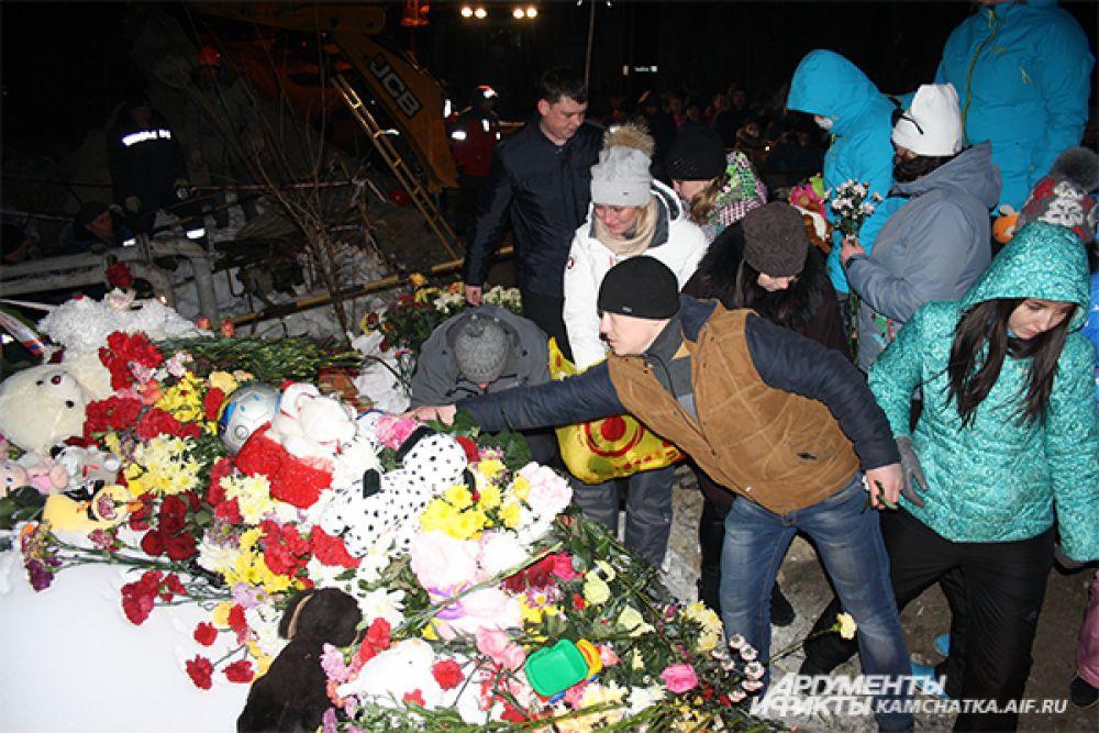 Жители Петропавловска-Камчатского провели акцию памяти погибших школьников.