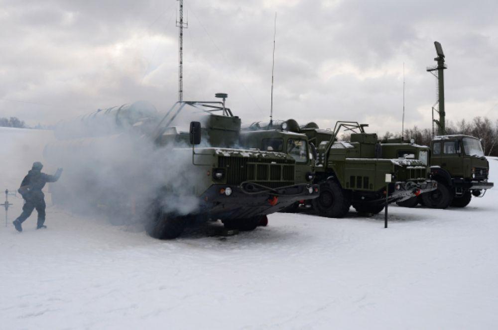 Военнослужащие 606-го краснознаменного гвардейского зенитного полка у пусковой установки зенитной ракетной системы С-400.