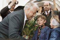 Борис Ельцин беседует с детьми, 1996 год.