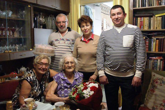 Поздравить Клавдию Ивановну пришли представители мэрии.