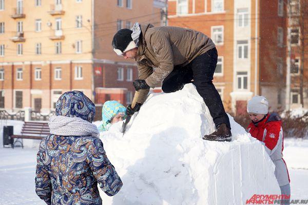 12 командам дали полтора часа, чтобы создать необычную снежную композицию.
