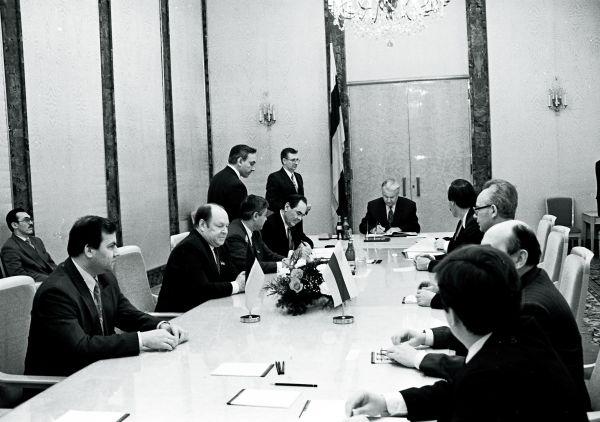 Подписание договора о разграничении полномочий между Татарстаном и РФ, Москва, 1994 год.