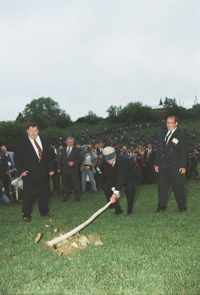 Знаменитое фото - Ельцин на сабантуе разбивает горшок.