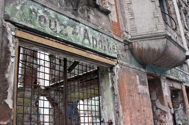 Забор у аварийной Кройц-аптеки в облцентре восстановили после жалоб горожан.