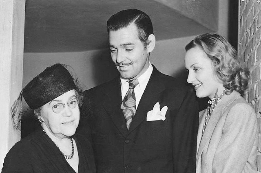 Гейбл и Ломбард были одной из самых красивых пар Голливуда, однако, их счастливая жизнь оборвалась внезапно: 16 января 1942 года самолет, в котором находилась Кэрол, разбился. Кларк Гейбл с женой Кэрол Ломбард и её матерью – Элизабет Питерс.