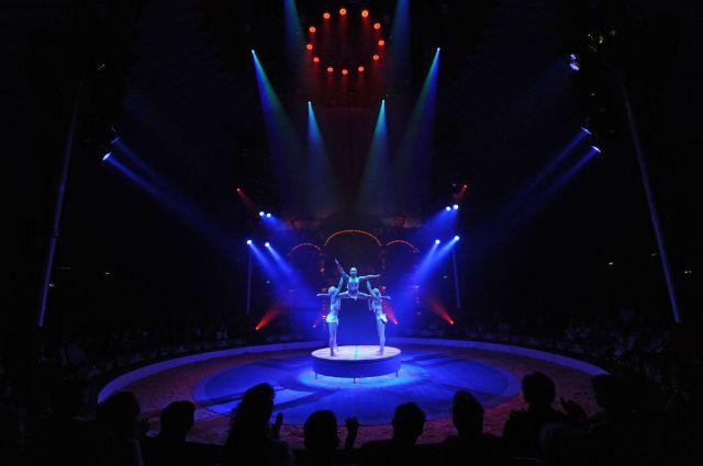 выступление акробаток в цирке, архивное фото