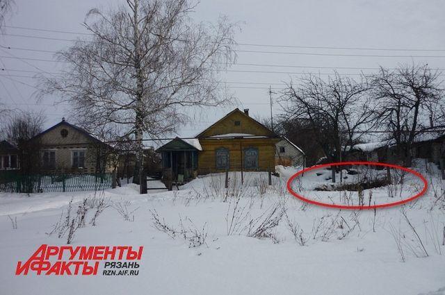 На фото дом, где произошло убийство и место захоронения тела.
