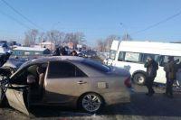 Блокированных в маршрутке пассажиров спас полицейский.
