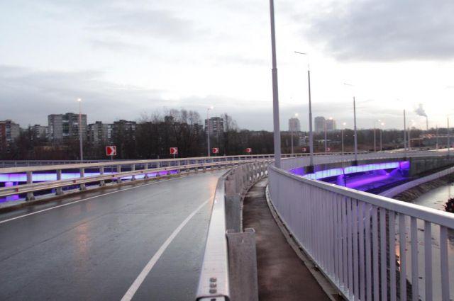 На съездах Второй эстакады в Калининграде установили подсветку.