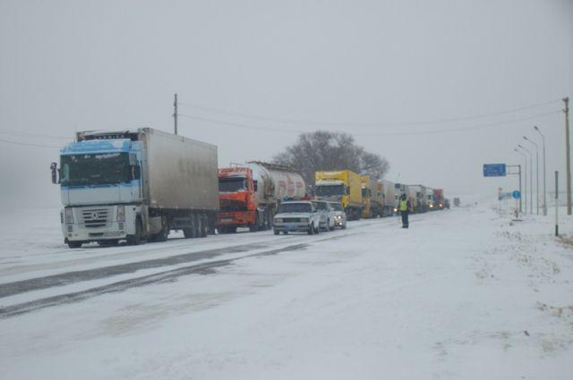 До грузовиков не могут добраться спасатели.