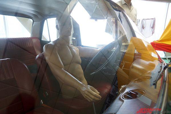 В одной из машин расположился забавный манекен.