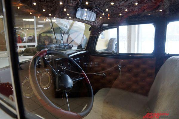 Интерьер в салоне советского автопрома - отдельная песня.