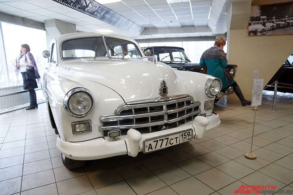ЗИМ (до 1957 года), ГАЗ-12 — советский шестиместный шестиоконный длиннобазный большой седан, серийно производившийся на Горьковском Автомобильном Заводе (Завод имени Молотова) с 1949 по 1959 год. По сравнению с простоватой «Победой», с минимумом хромированного декора и обобщёнными формами, ЗИМ приятно удивляет элегантными линиями, роскошным стайлингом в американском стиле, вниманием к мелочам (которые и определяют в целом восприятие автомобиля), обилием хрома в отделке как экстерьера, так и интерьера.