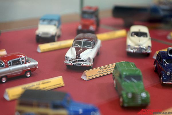 Также на экспозиции представлены миниатюрные модели ретро-машин.