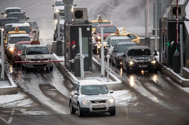 Автомобилисты жалуются, что при таких ценах дороги ещё и неоперативно чистят.