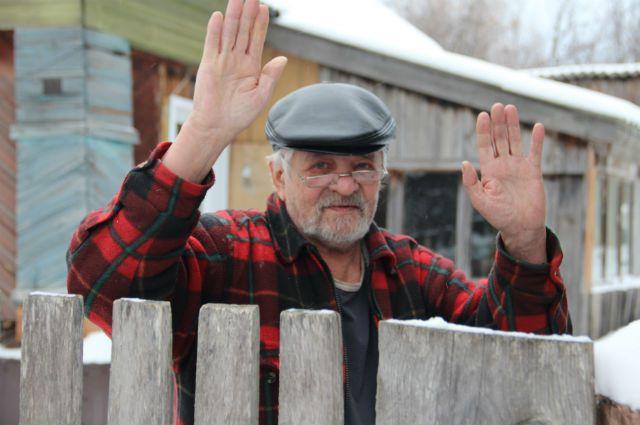 Художник Шибанов у калитки своего дома в селе Молвино