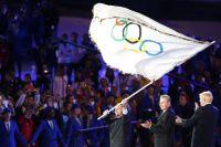 Мэр Рио-де-Жанейро Эдуарду Паэш принимает флаг Олимпиады из рук президента Международного олимпийского комитета.