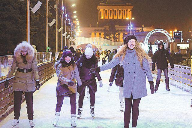 Погода может «гулять» от минуса до плюса, но зимних забав у москвичей хоть отбавляй.