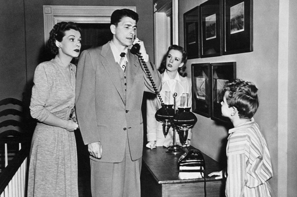 За всю свою кинокарьеру Рейган снялся в 54 художественных фильмах. 1950 год, «Луиза».