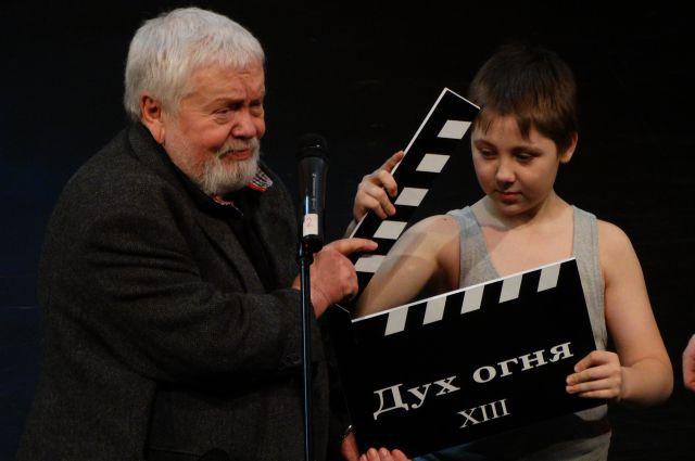 Президент фестиваля Сергей Соловьев со своим юным помощником закрывают 13-й