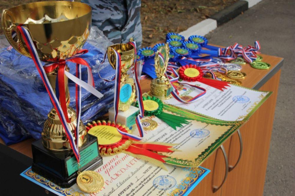 Свой профессиональный уровень кинологи и их питомцы демонстрируют на различных соревнованиях, добиваются побед и наград.