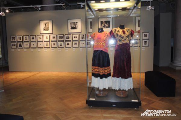 На выставке можно увидеть не только картины, но и наряды художницы